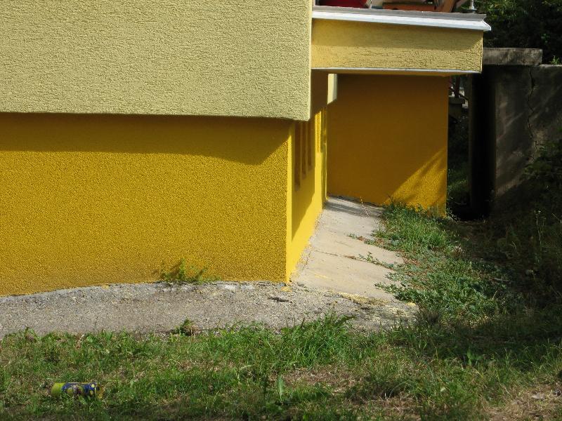 Oprava štítovej steny a obnova soklovej časti budovy.